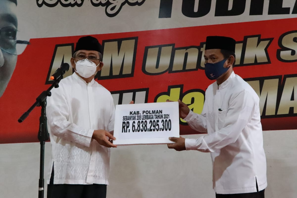 Gubernur Sulbar Serahkan Bantuan Hibah Rp. 6,8 Miliar Di Polman