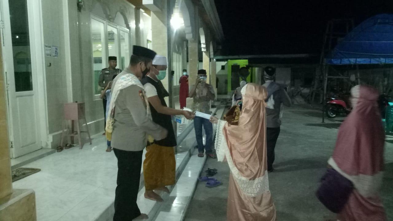 Polres Majene Bagi Masker di Depan Masjid